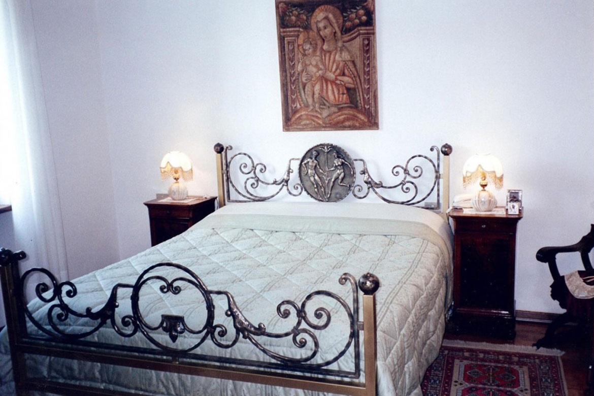 Letto in ferro decorato